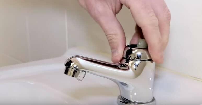 svitare il collare del rubinetto